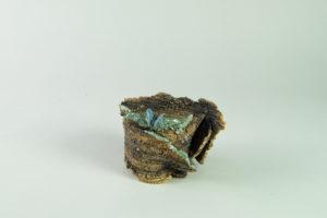 Maceta Kusamono marrón con mariposa azul y detalles en turquesa