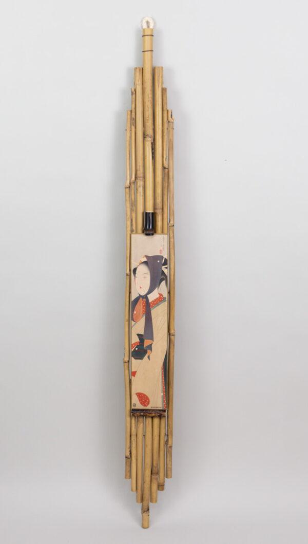 Kakemono de bambú con tanzaku de geisha con pañuelo